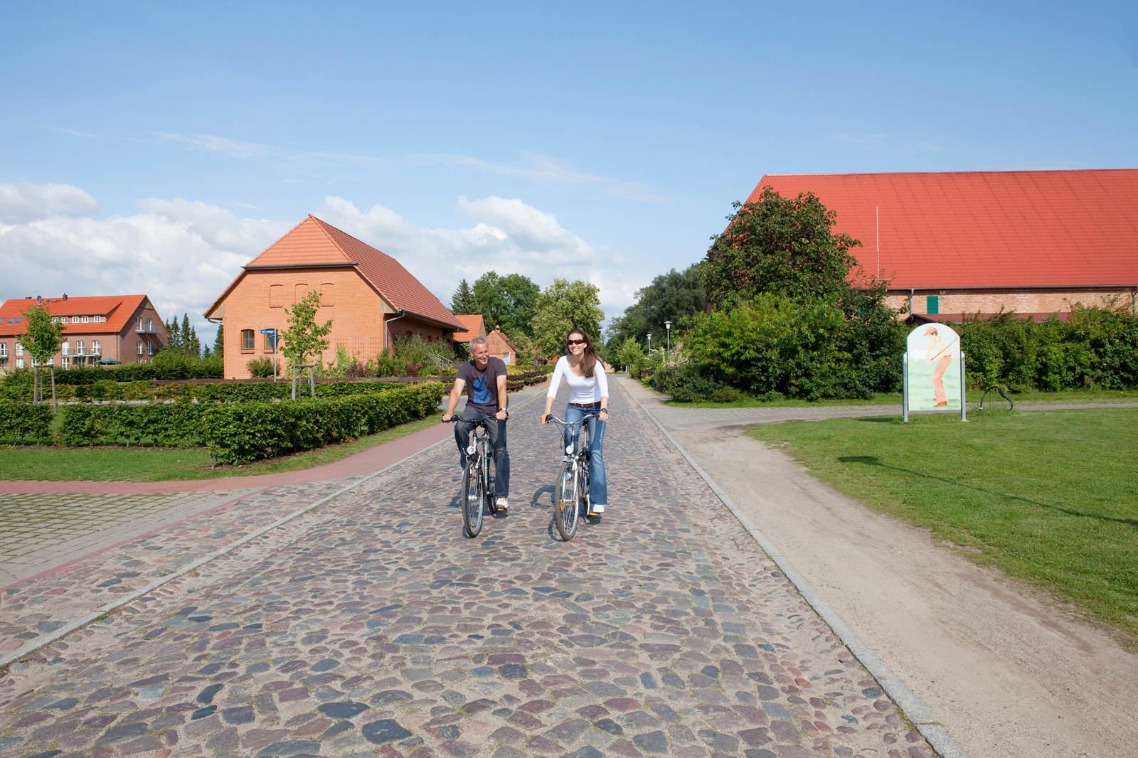 Bild zu Fahrradfahren_SChloss_Teschow